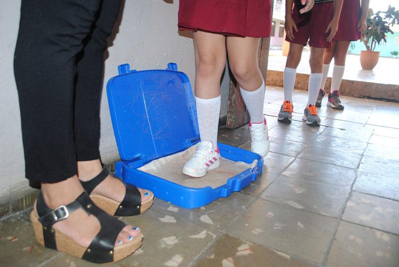 Los llamados pasos podálicos dan la bienvenida a profesores y alumnos / Foto: Humberto Lister