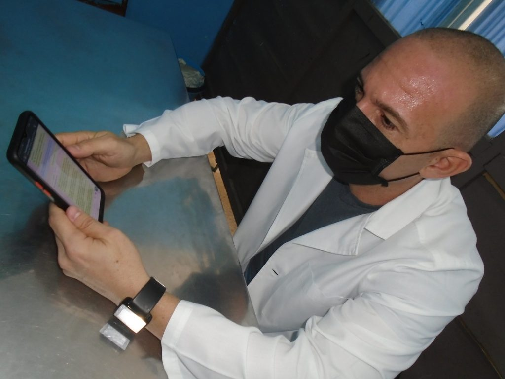 Johan Michel Mayo Sánchez, presidente del Capítulo Pro-vincial de Psicología de la Salud, participa en la asistencia a los pacientes desde las redes sociales