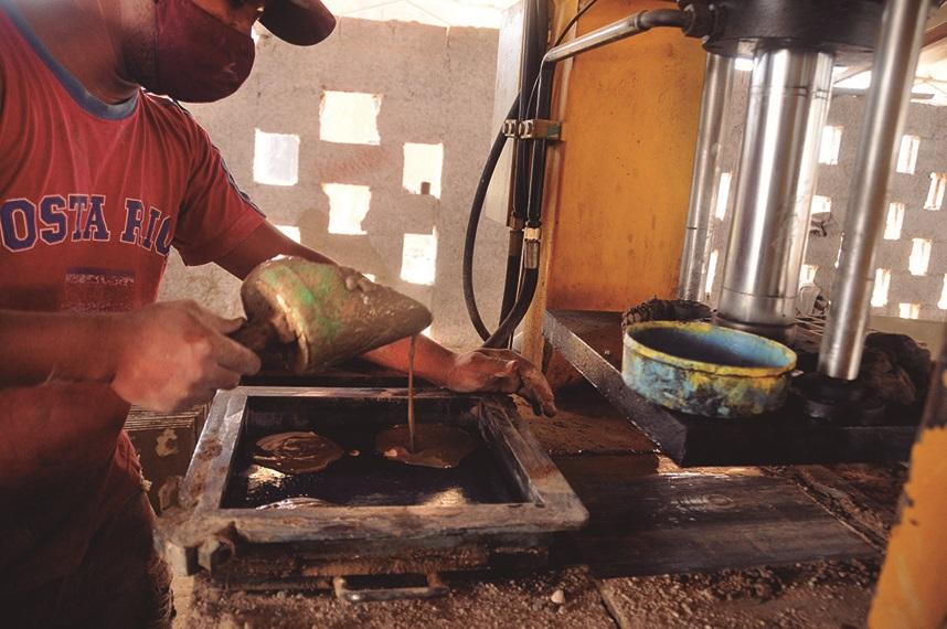 El uso de modernas prensas para mosaicos deben redundar en calidad y estética