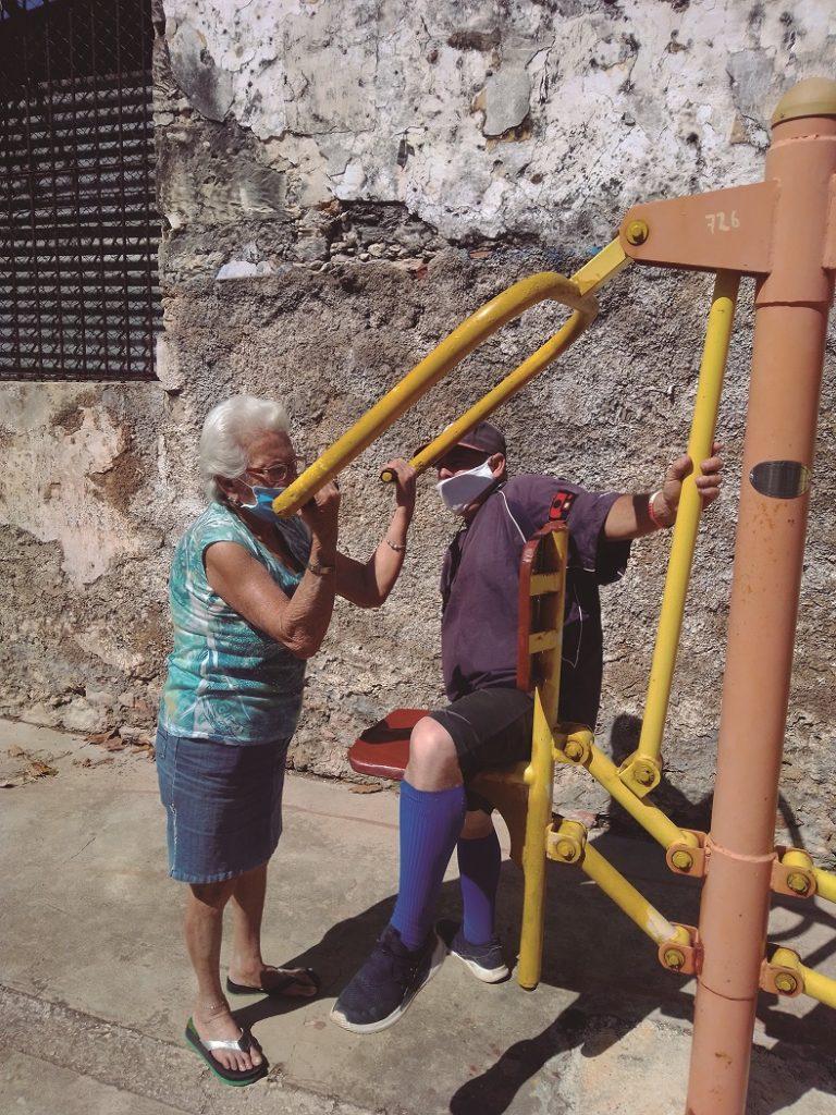 Libán Rodríguez, entrenador de béisbol y fisioterapeuta, ofrece sesiones de rehabilitación a Martha Elena Morera