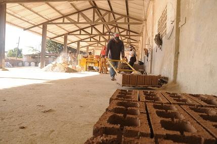 Una salida a los elevados precios radica en desencadenar las potencialidades locales para la producción de materiales de construcción