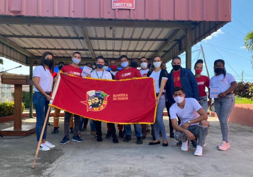 La Bandera de Honor de la UJC es la máxima distinción que otorga el Comité Nacional de la Unión de Jóvenes Comunistas a centros con resultados relevantes en su quehacer diario