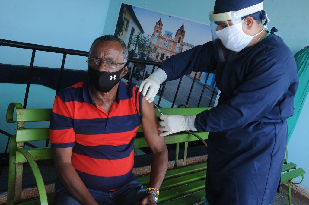 Médicos trabajando en el hospital de campaña habilitado en la Facultad de Ciencias Médicas Artemisa